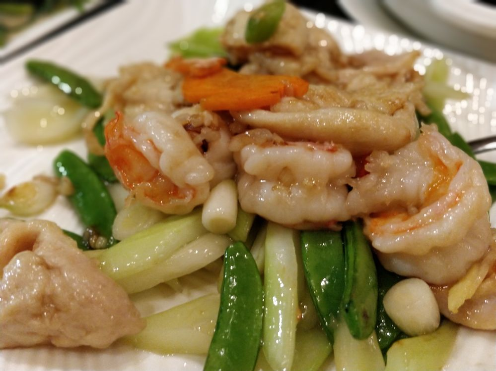 Seared shrimp with vegetables  8 medium large shrimp peeled 600g frozen vegetable 1 chopped onion 2 garlic cloves 3 tablespoon lemon juice 2 tablespoon soy sauce 1 tablespoon grinded gingerroot 1/2 tablespoon salt 1/2 tablespoon pepper
